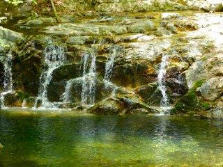 Много небольших водопадов, расположенных вдоль реки
