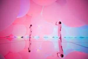 Expanding Three-dimensional Existence in Intentionally Transforming Space - Free Floating, 12 Colors // teamLab, 2018