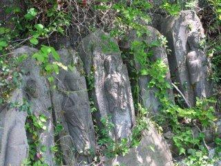 반쯤 올라가서 꼭대기로 올라가는 오래된 조각상들