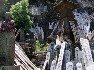 '토바' 기도판은 사원의 왼쪽으로 언덕을 오른다