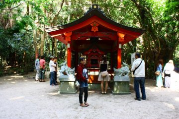 This small colourful shrine is quieter and more peaceful than the main building. The thick jungle surrounding it makes you feel as though you've briefly stepped into a different world.