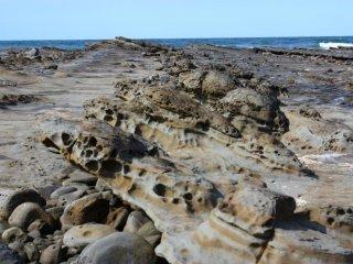 Lorsqu'on se promène autour de l'île, on remarque de nombreuses sculptures formées dans la roche. Ces rochers ressemblent à une rangée de tortues de mer