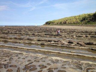 Les rochers sont parfaitement alignés, et selon l'endroit où l'on se trouve, ils ressemblent à des vagues