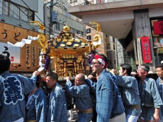 That mikoshi looks particularly heavy