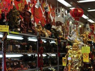 Một cửa hàng mà tôi tìm thấy trên con đường chính với nhiều pho tượng Phật