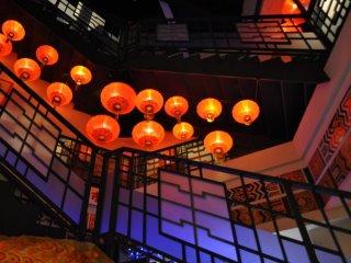 Những chiếc lồng đèn màu đỏ tuyệt đẹp xoắn theo hình trôn ốc theo cầu thang
