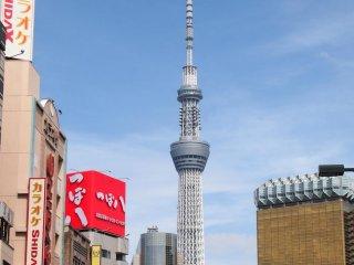 Tokyo Sky Tree trông đầy hoàng tráng vào những ngày đẹp trời. Có rất nhiều người cũng đang chụp ảnh tòa nhà này giống tôi