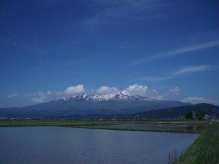 Núi Chokai gần thành phố Sakata nhìn từ gần thác Tamasudare. Có thể nhìn thấy hai đỉnh núi khi tới gần ngọn núi từ phía tây