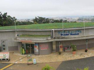 Le Wonder Museum est le premier bâtiment sur la gauche à l'entrée du Zoo d'Okinawa
