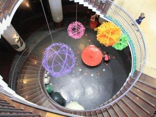 Le Wonder Museum dispose de trois étages accessibles grâce à un escalier en colimaçon