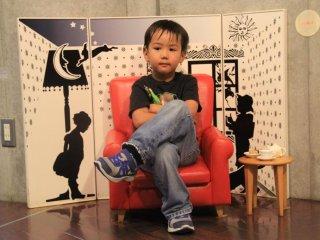 On trouve des points photo uniques, tels que ce petit fauteuil et son arrière-plan, ainsi que sa réplique exacte dans des proportions gigantesques