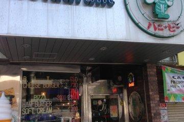 <p>네이비 버거가게. 허니비 가게 정면입니다.</p>