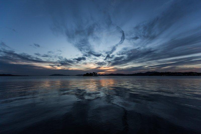 日落从一片和谐的蓝色开始