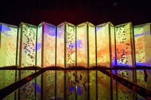 傳統的日式折疊屏風結合現代投射技術,再配上金魚的藝術品