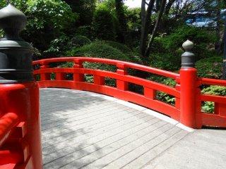 Cây cầu trăng nổi bật ở lối đi của khu vườn