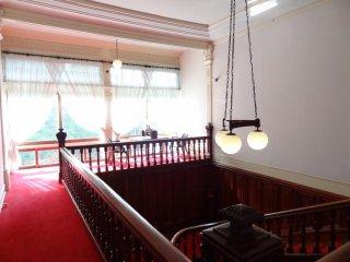 Tấm thảm đỏ tuyệt đẹp được trải trên tầng ba