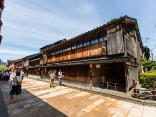 Bangunan kayu tradisional Jepang dilestarikan dengan baik di daerah tersebut