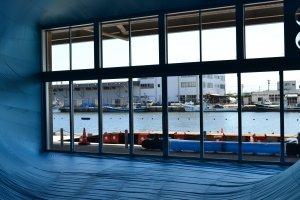 Vue sur le port de Niigata depuis l'oeuvre de Shiro Matsui