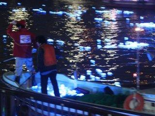 Nhân viên sẽ vớt những bóng đèn ở hạ nguồn con sông lên và đem chúng trở lại sự kiện để những người tham gia khác thả chúng trở lại dòng sông lần nữa.