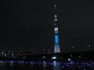 """Chuỗi sự kiện diễn ra cùng lúc: thả đèn, thắp sáng Tokyo Skytree và âm nhạc được chơi trên nền """"Bản giao hưởng Ánh sáng""""."""