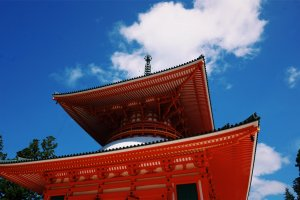 Потрясающая пагода Компон Дайто, тянущаяся в небо