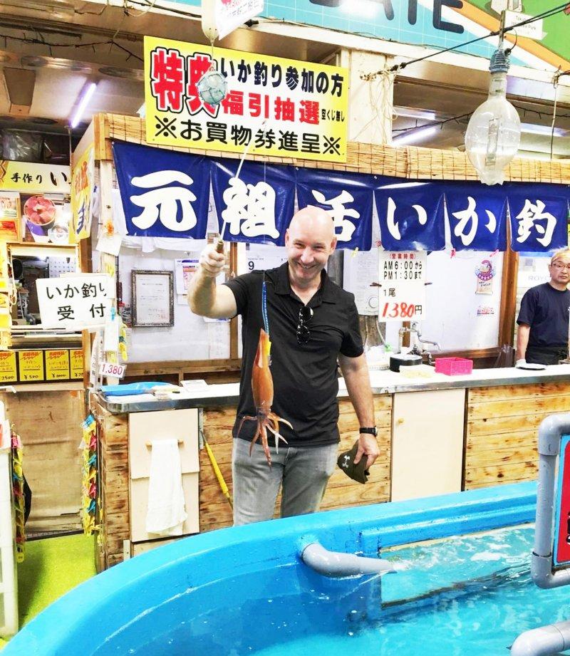 抓到你了!我們的一日捕魚人抓到了獎勵魷魚