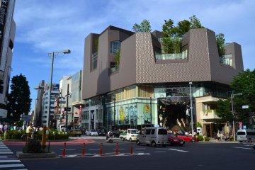 Tokyu Plaza shopping centre at the Omote-sando/Meiji-dori crossing