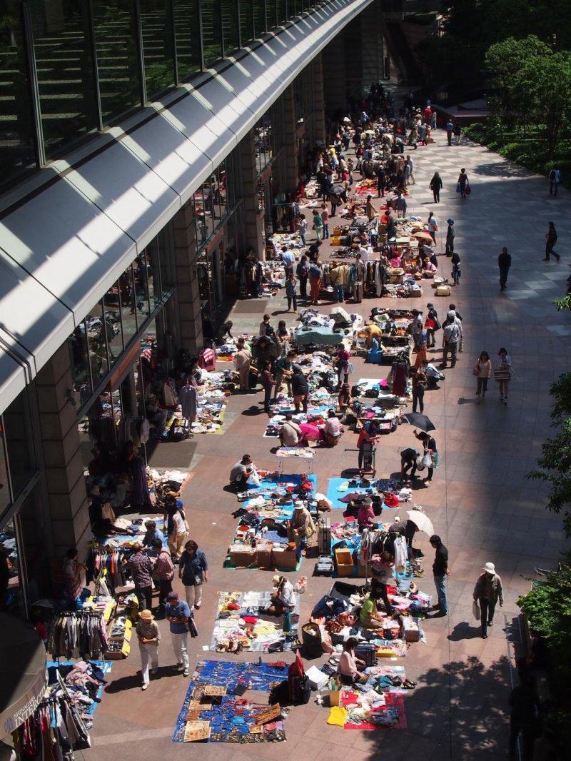 <p>Оживлённый блошиный рынок около полудня. В такую хорошую погоду, поток людей, кажется, никогда не кончится. Блошиный рынок начинается в 10 утра и заканчивается в 4 вечера.</p>