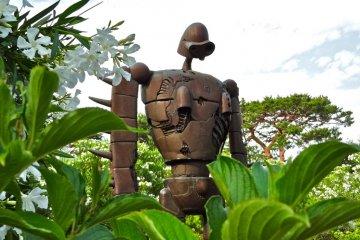 <p>Из &quot;Небесный замок Лапута&quot;, робот солдат Лапута охраняет музей с крыши, которая доступна из наружной винтовой лестницы</p>