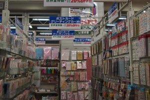 Grande arranjo de cartões comemorativos no primeiro andar. Cartões-postais e cartões comemorativos desempenham um papel importante na cultura japonesa.