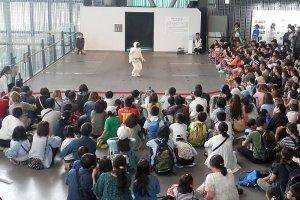 O robô Azimo a interajir com a audiência no Miraikan