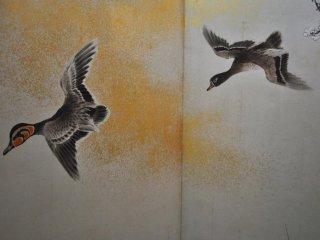 Птицы, нарисованные на традиционных раздвижных дверях.