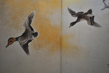 <p>Птицы, нарисованные на традиционных раздвижных дверях.</p>