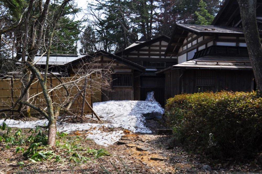 Salju di sekitar rumah-rumah samurai sangat indah. Pasti akan tampang lebih mempesona saat salju turun