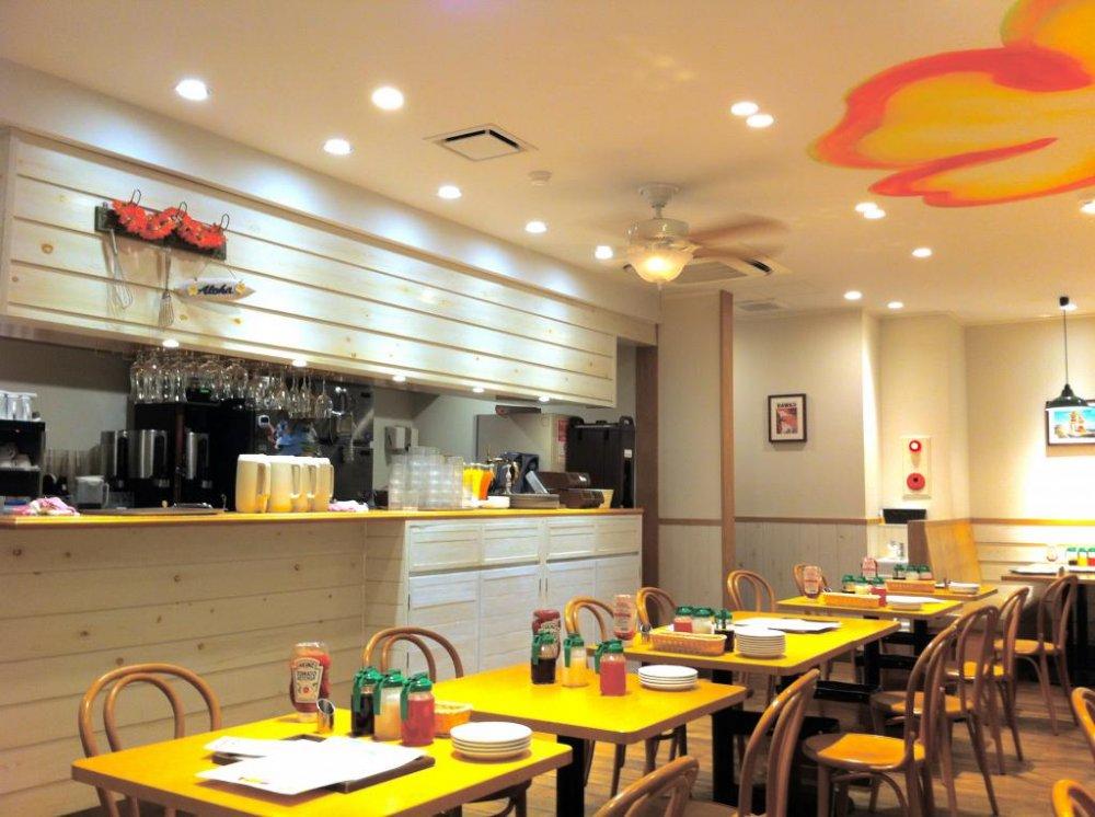 에노시마 섬 바로 앞에 위치한 신선하고 밝고 통풍이 잘 되는 식당에 앉아 알로하 정신을 느껴보십시오