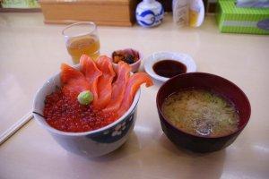 Donburi sashimi và tô canh nhầy nhụa