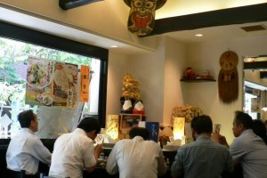 카운터 석을 가득 메운 샐러리맨들의 뒷모습. 일본인들의 라면 사랑은 직접 보지 않고는 알 수 없을 듯 ..