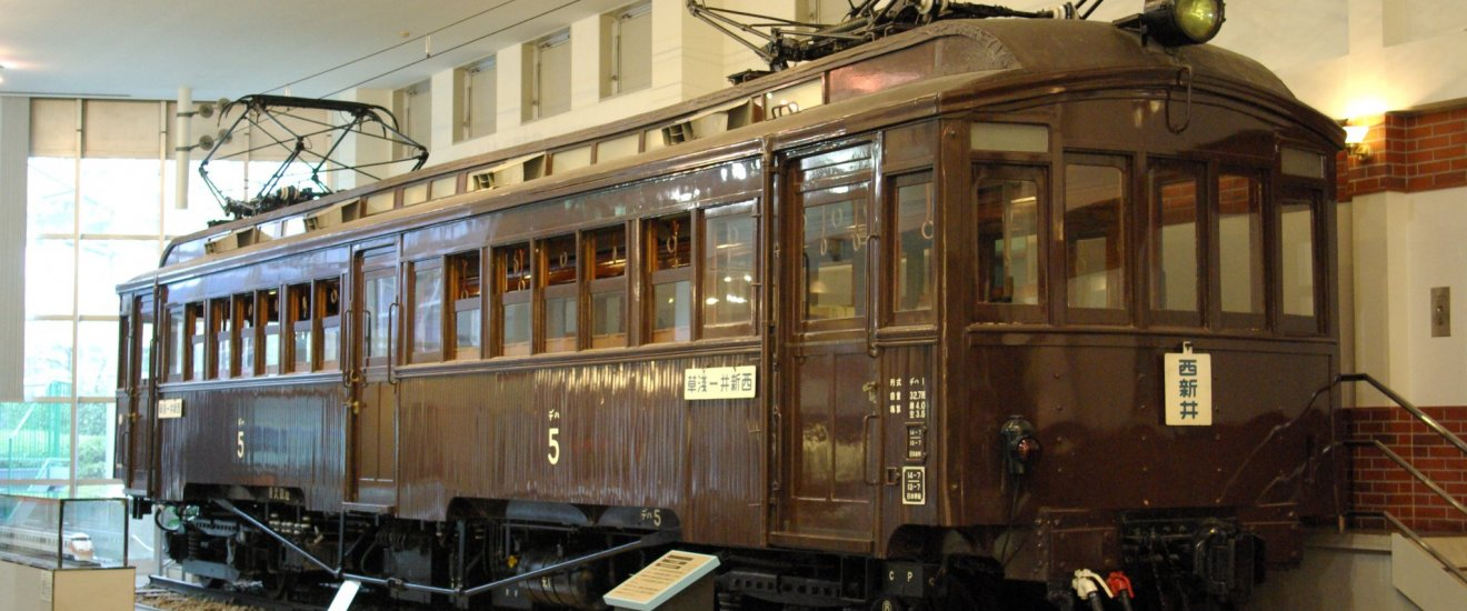 The elegant wooden No.5 Electric Train
