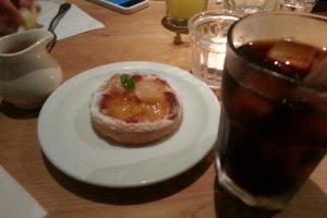 기간한정 복숭아 타르트와 오가닉 아이스 커피