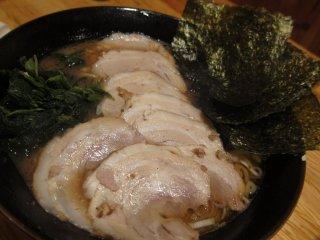 Charsiew ramen (daging babi panggang) dengan porsi chasiew yang banyak