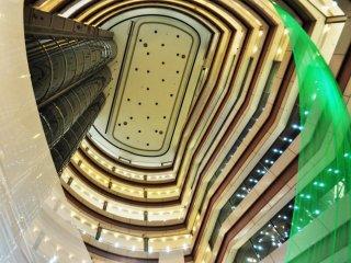 照明が層を成し、中心を共有した各階の映りが美しい