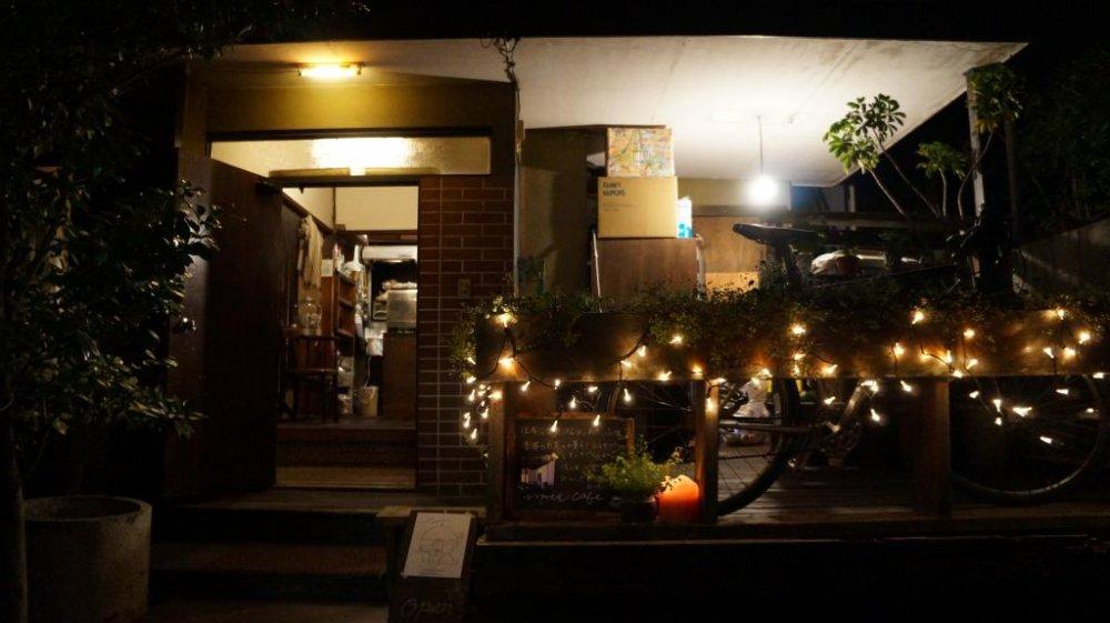 บรรยากาศของร้านเชิญชวนมาก ให้ความรู้สึกเหมือนคุณได้รับการเชื้อเชิญไปที่บ้านตากับยายของเพื่อน