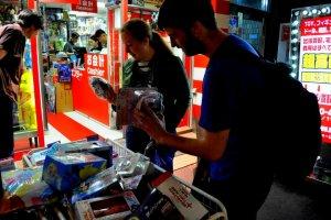 Покупатели просматривают ассортимент товаров