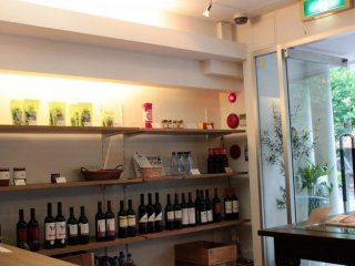 오리엔탈 레시피 카페는 중국식 차와 유기농 와인과 커피를 제공한다.