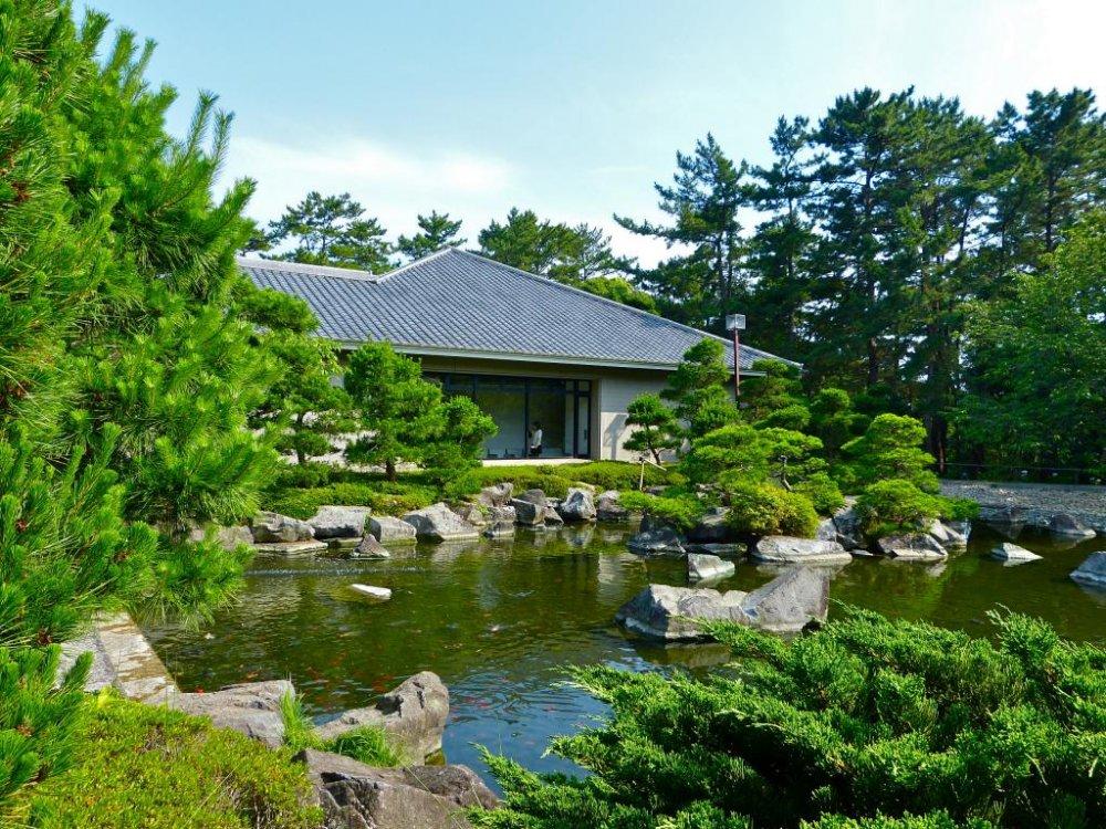 공원의 옛 별장과 아름다운 일본 정원