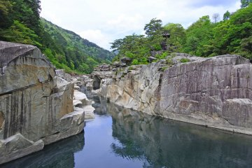 The granite boulders of Nezame no Toko in summer