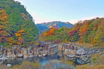 Nezame no Toko with autumn colors