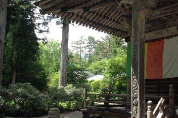 位于瀑布正对面的西光寺。