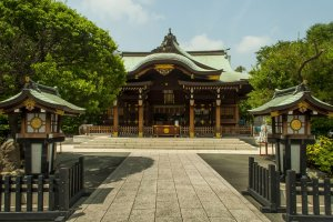 Rokugo-Jinja's main building is nicely decorated with plenty of gold leaf.