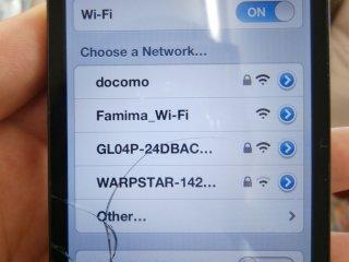 Entrez dans la boutique et choisissez le réseau Famima_Wi-Fi (j'ai d'abord utilisé mon iPhone 4, désolé pour l'écran cassé ça ne fait pas très joli)